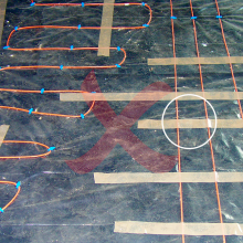In this case, it may not be obvious what is wrong at first glance. The problem lies with the adhesive tape used to affix the cable to the base. Although the installation regulations do not prohibit fixation with adhesive tape, the tape must enclose the cable as tightly as possible. Notice the circled detail – the tape creates a roof over the cable which the concrete has no chance to penetrate. The tape is approximately 5 cm wide at this point, preventing heat dissipation from more than 2/3 of the heating...